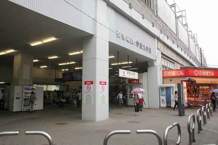 東急東横線学芸大学駅の西口から徒歩1分の歯科医院です。